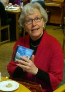 Gerd Hjalmarsson med en cd-skiva med l Lydas sånger.