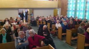 I god tid före mötet fylldes kyrkan av förväntansfulla åhörare