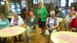 Eva-Lena Appelgren tillsammans med besökare vid samlingen på Spångbrogården.