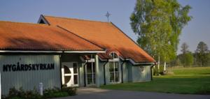 Den frscha, inbjudande  och ändamålsenliga Nygårdskyrkan i Ramkvilla