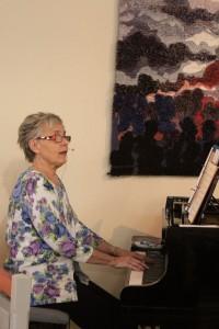 Solveig i aktion vid pianot