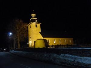 Kyrkan med fasadbelysning efter gudstjänsten