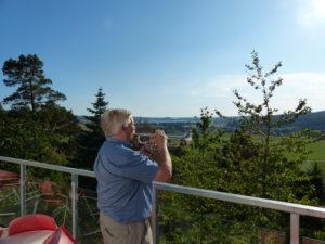 Björn värmer upp med den inspirerande utsikten från Solgläntans altan